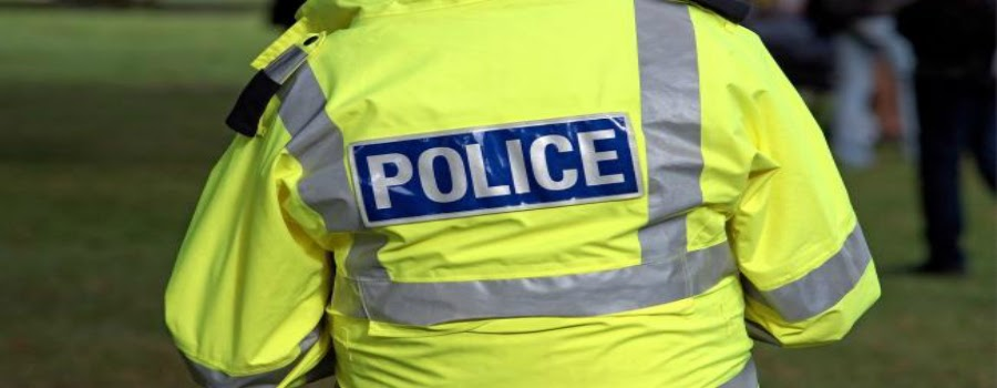 Police hunt attacker who stabbed a youth in Sale